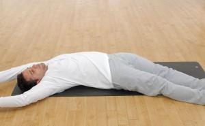 استراحت عمیق قوس بدن بر روی زمین